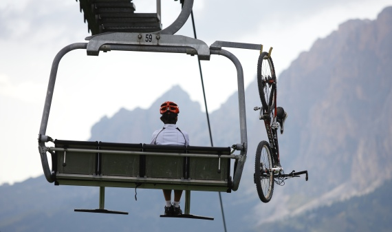 "Bikerin mit Bike in Sesselbahn von LEITNER ropeways, ""Foto: ""Sellaronda HERO"""